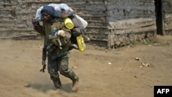 Un soldat des FARDC à Rusayo à 13km de Goma en RDC, où des combats ont éclaté entre l'armée congolaise et le M23. Le 16 juillet 2013.