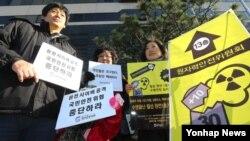 '원전반대그룹'이라는 해커들이 한국의 원전 가동중단을 요구한 시한인 25일 오후 서울 광화문 원자력안전위원회 앞에서 월성 1호기 원전 수명연장 반대 캠페인을 벌이던 환경운동연합 회원들이 사이버 공격을 통한 원전 안전 위협 중단을 촉구하며 피켓 시위를 벌이고 있다.