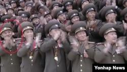 김락겸 북한 전략로켓군 사령관이 상장(별 3개)에서 대장(별 4개)으로 승진한 사실이 4일 확인됐다. 북한 조선중앙TV는 전날 김정은 국방위원회 제1위원장의 제7차 군사교육 일꾼대회 참석 기록영화에서 김 사령관(붉은 원)이 별 4개가 달린 대장 견장을 달고 나온 모습을 방영했다.