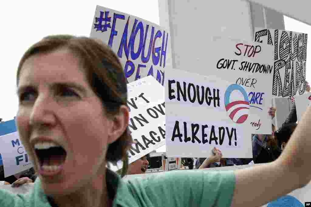Dân Mỹ xuống đường biểu tình tại thành phố Culver, California phản đối việc đóng cửa chính phủ bên ngoài tòa nhà liên bang ở Los Angeles, ngày 2/10/2013.