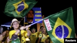 Des Brésiliens protestent contre la présidente Dilma Rousseff à Brasilia, 13 avril 2016.