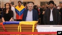 La presidenta de Argentina y los mandatarios de Uruguay, quien llegó junto a su esposa, y Bolivia (izq. a der.) hacen guardia de honor junto al ataúd de Chávez.