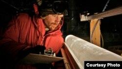 Các khoa học gia nghiên cứu lõi băng ở Nam cực để xem sự thay đổi của khí hậu ảnh hưởng như thế nào