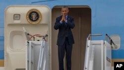 美国总统奥巴马离开老挝前在空军一号上合掌致意