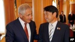 척 헤이글 미국 국방장관(왼쪽)과 오노데라 이쓰노리 일본 국방장관이 지난해 8월 브루나이에서 양자회담을 가졌다. (자료사진)