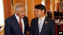 وزیر دفاع چک ہیگل اپنے جاپانی ہم منصب اتسونوری اونوڈیرہ کے ہمراہ (فائل فوٹو)
