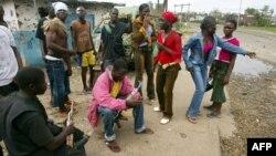 Les rebelles du LURD (Liberians United for Reconciliation and Democracy) dans le quartier de Viaton à Monrovia, le 6 août 2003.