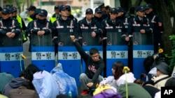 3月20日抗议服贸协议的台湾学生在立法院外和警察对峙