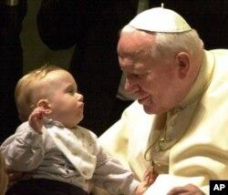 保罗二世2001年同一名婴儿相笑