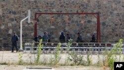 Polisi Afghanistan mempersiapkan eksekusi dengan hukuman gantung di Kabul (foto: dok).