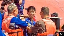 9일 미국 남동부 해안에서 뒤집힌 자동차 운반선 '골든레이'호에 갇혀 있던 한국인 선원 1명이 구조된 후 환한 미소를 지어보이고 있다.