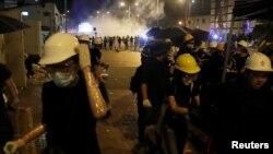 Cảnh sát Hong Kong sử dụng hơi cay trong cuộc đụng độ với hàng trăm người biểu tình, mà một số đã tràn vào được cơ quan lập pháp của thành phố rồi phá các bức ảnh cũng như vẽ lên tường.