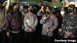 Kapolri Jenderal Pol. Listyo Sigit Prabowo memberikan keterangan pers usai meninjau lokasi ledakan di Makassar, Sulawesi Selatan. (Courtesy: Mabes Polri)