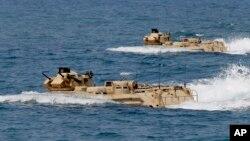 Filipina dan AS melakukan latihan militer bersama di dekat kepulauan yang disengketakan di Laut China selatan, April 2015 (foto: dok).