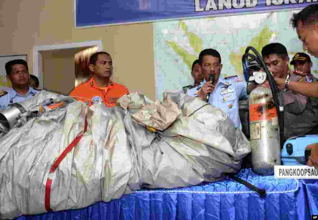 Các bộ phận máy bay và một chiếc vali được tìm thấy trôi trên mặt nước gần khu vực tìm kiếm máy bay AirAsia tại căn cứ không quân Indonesia ở Pangkalan Bun, ngày 30/12/2014.