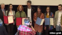 Laureati NUNS-ovih nagrada za istraživačko novinarstvo 2019, koje su, uz podršku Ambasade Sjedinjenih Država u Beogradu, dodeljene na Fakultetu dramskih umetnosti u Beogradu, 7. maja 2019.