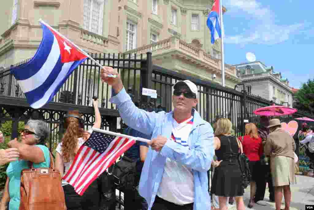 这位支持者在使馆前挥舞两国国旗 (美国之音杨晨拍摄)
