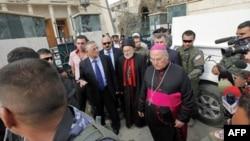 Nhà lập pháp Iraq Younadem Kana (trái), Hồng y Emmanuel III Delly (giữa) và Đức Giám mục Shlimone Wardoni bên ngoài nhà thờ ở Baghdad sau vụ bắt cóc con tin, ngày 1/11/2010