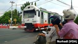 Kereta melintas di palang pintu Lempuyangan, Yogyakarta, Rabu 1 April 2020. Moda transportasi ini biasanya menjadi pilihan pemudik. (Foto: VOA/Nurhadi)