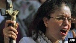 Một phụ nữ Cơ Ðốc giáo Coptic biểu tình trước một đài truyền hình ở Cairo, phản đối các vụ tấn công nhắm vào tín đồ Cơ Ðốc giáo và nhà thờ
