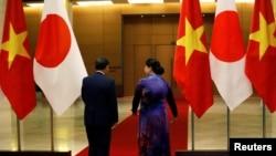 Thủ tướng Nhật Yoshihide và Chủ tịch Quốc hội Nguyễn Thị Kim Ngân tại Hà Nội hôm 19/10/2020. Phần lớn các công ty Nhật ở Việt Nam nói rằng họ muốn mở rộng sản xuất ở đây để giàm sự phụ thuộc vào Trung Quốc.
