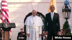 美国总统奥巴马(右)和教宗方济各在白宫的欢迎仪式上 (2015年9月23日)