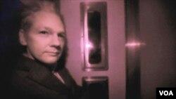 Julian Assange terlihat di dalam mobil polisi saat tiba di Pengadilan Westminster, London, untuk sidang Selasa, 14 Desember 2010.