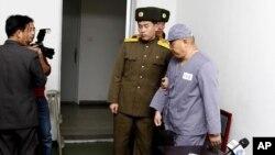 Ông Kenneth Bae được đưa đi sau khi nói chuyện với các phóng viên tại Bệnh viện Hữu nghị Bình Nhưỡng, 20/1/2014
