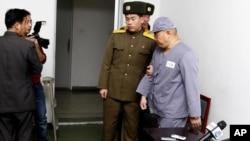 American missionary Kenneth Bae (R) leaves after speaking to reporters at Pyongyang Friendship Hospital in Pyongyang, Jan. 20, 2014.