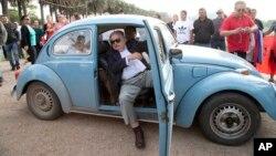"""Mujica, vez apodado """"el presidente más pobre del mundo"""", dijo al semanario Búsqueda de Uruguay que un jeque árabe ofreció $1 millón por el vehículo."""