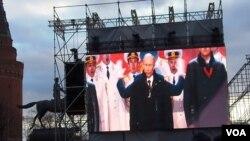 """普京3月18日在莫斯科红场的集会上发表讲话,祝贺克里米亚""""回归""""俄罗斯。(美国之音白桦)"""