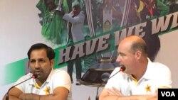 سرفراز احمد اور مکی آرتھر صحافیوں سے گفتگو کر رہے ہیں۔ (فائل فوٹو)