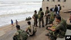 사이클론이 강타한 오리사주 동부 해안에서 13일 인도 공군이 수색작업에 앞서 날씨가 개기를 기다리고 있다.