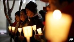 5일 저녁 서울 중심가에서 마크 리퍼트 주한미국대사의 쾌유를 바라는 한국인들의 촛불집회가 열렸다. 리퍼트 대사는 이 날 오전 한 행사에 참석했다가 시민단체 대표의 흉기 피습을 당했다.