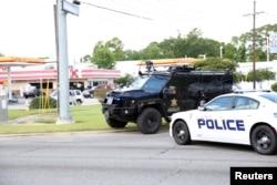 警察封锁了路易斯安那州事发地的道路(2016年7月17日)