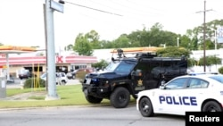 Des officiers de police ont bloqué la route à Baton Rouge, Louisiana, le 17 juillet 2016.