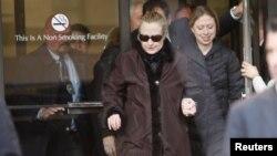 Находясь в больнице, Хиллари Клинтон продолжала общаться со своими сотрудниками по телефону