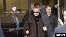 هیلاری کلینتون در کنار دخترش، بیمارستان نیویورک را ترک می کند