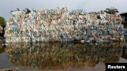 Пластикові відходи на незаконній фабриці переробки, Малайзія