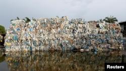 马来西亚瓜拉冷岳县一个非法回收垃圾工厂外堆放的塑料垃圾。(2018年10月14日)