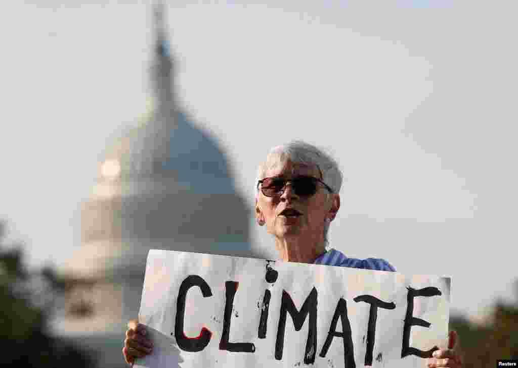 امریکہ کے دارالحکومت واشنٹگن میں ماحولیاتی تبدیلیوں کے مسائل پر توجّہ دلانے کی غرض سے احتجاج میں شامل ایک شخص پوسٹر لیے کھڑا ہے۔ان مظاہروں کا مقصد امریکی سیاست دانوں کی توجّہ ماحولیاتی مسائل پر مبذول کرانا تھا۔
