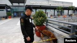 1일 테러 공격 위험이 있었던 마닐라 국제공항에서 경찰이 공항 주변을 수색하고 있다.