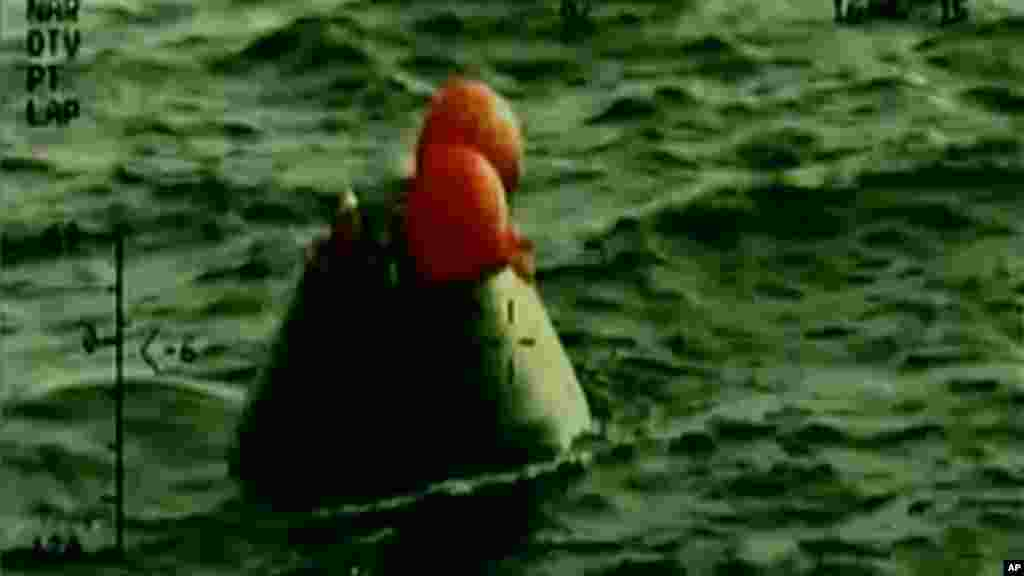 Sur cette image fixe de la NASA-TV, la capsule Orion flotte après amerri dans l'océan Pacifique vendredi 5 décembre 2014.