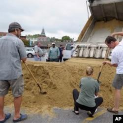 Des habitants d'Annapolis, dans le Maryland, érigeant une digue