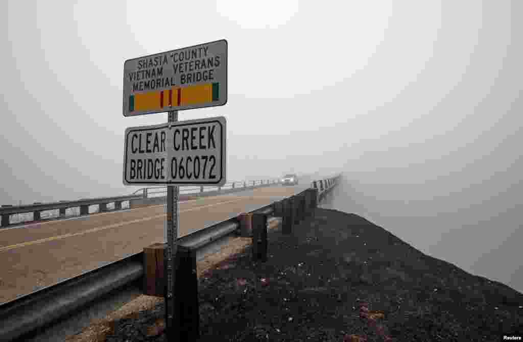 ផ្សែងចេញភ្លើងឆេះព្រៃ Carr Fire ហោះហើរពីលើស្ពាន Clear Creek នៅក្នុងក្រុង Igo រដ្ឋ California កាលពីថ្ងៃទី២៩ ខែកក្កដា ឆ្នាំ២០១៨។