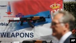 """Oružje kompanije """"Zastava oružje"""" izložene na sajmu naoruzanja i opreme u Beogradu (arhivski snimak, jun 2011.)"""