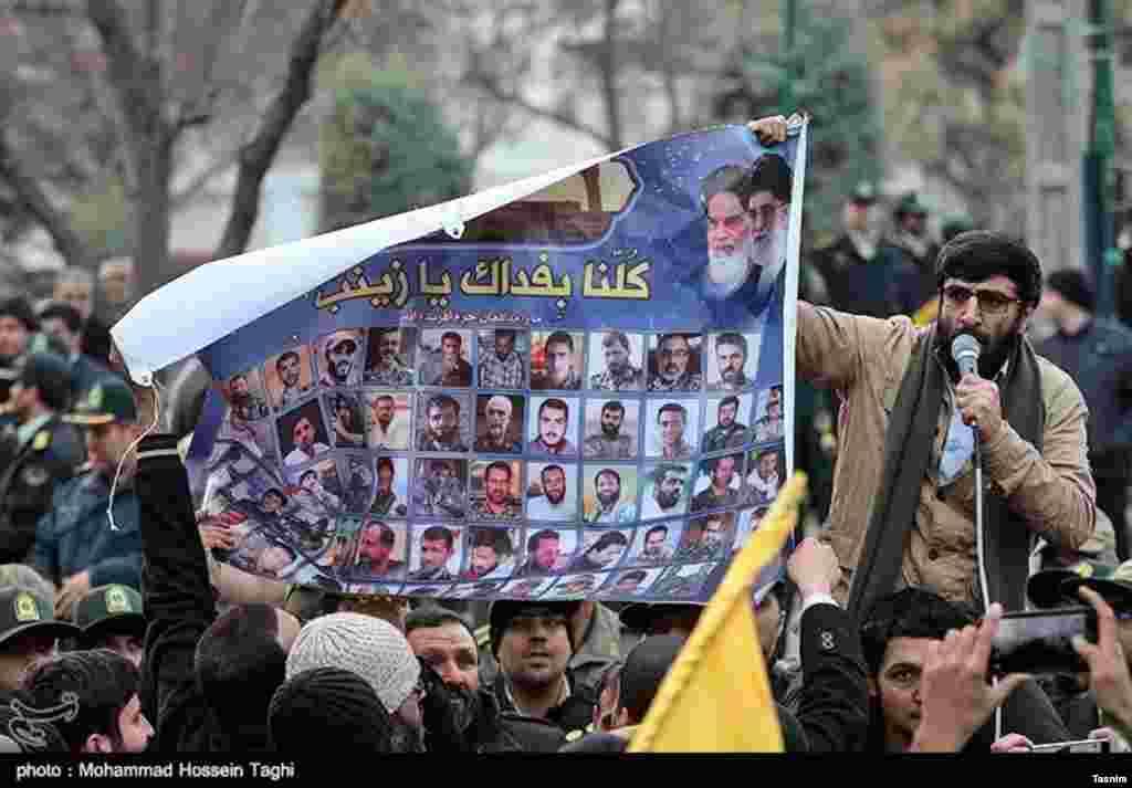 بعد از خروج مخالفان اسد، این افراد در مشهد در مقابل کنسولگری ترکیه در این شهر حاضر شدند و برای آنچه «آزادی حلب» نامیدند، جشن گرفتند و شیرینی پخش کردند. عکس: محمد حسین طاقی
