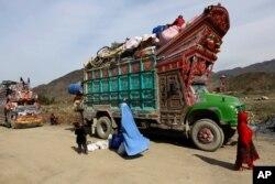 Keluarga pengungsi Afghanistan kembali ke tanah air mereka melalui perbatasan Pakistan, Torkham, timur Kabul, Afghanistan, 11 Maret 2015. (AP)
