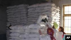 세계식량기구 WFP의 지원식량을 쌓고 있는 북한 주민들 (자료사진)