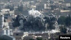 시리아 쿠르드 민병대와 이슬람 수니파 무장단체 ISIL이 치열한 교전을 벌이고 있는 북부 접경 도시 코바니에서 13일 폭탄 공격에 의한 것으로 보이는 검은 연기가 피어오르고 있다.